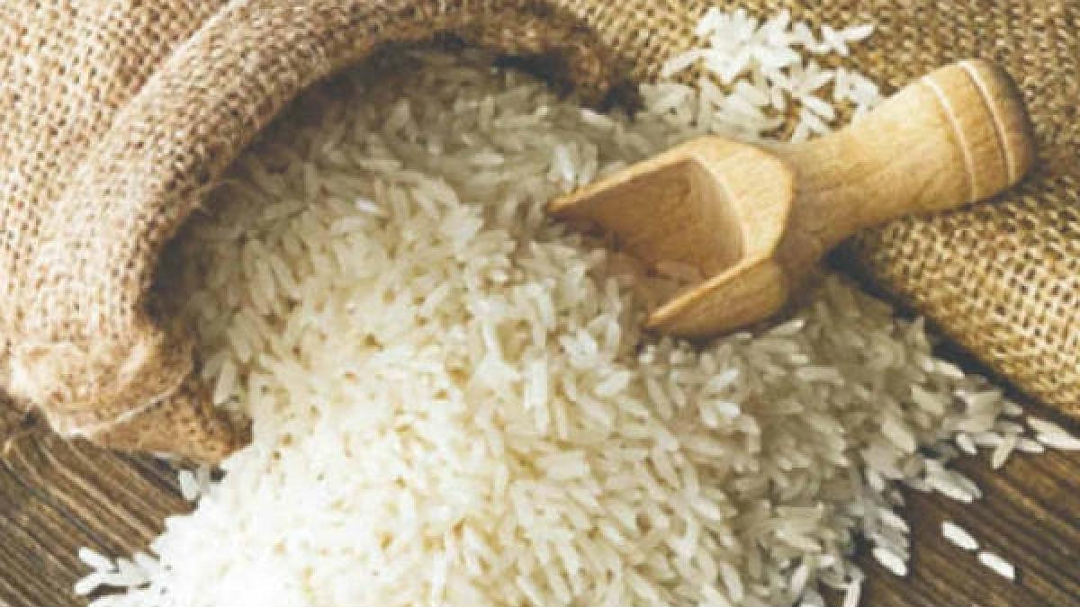 "Consumers at KaniKadal accuse food supplies Deptt of distributing ""plastic rice"""