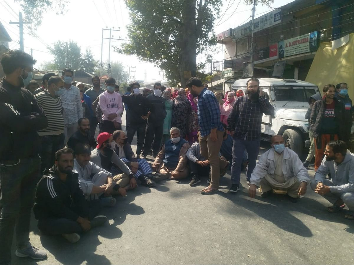 Protesters block road in Rawalpora against alleged thrashing of two local youth by army