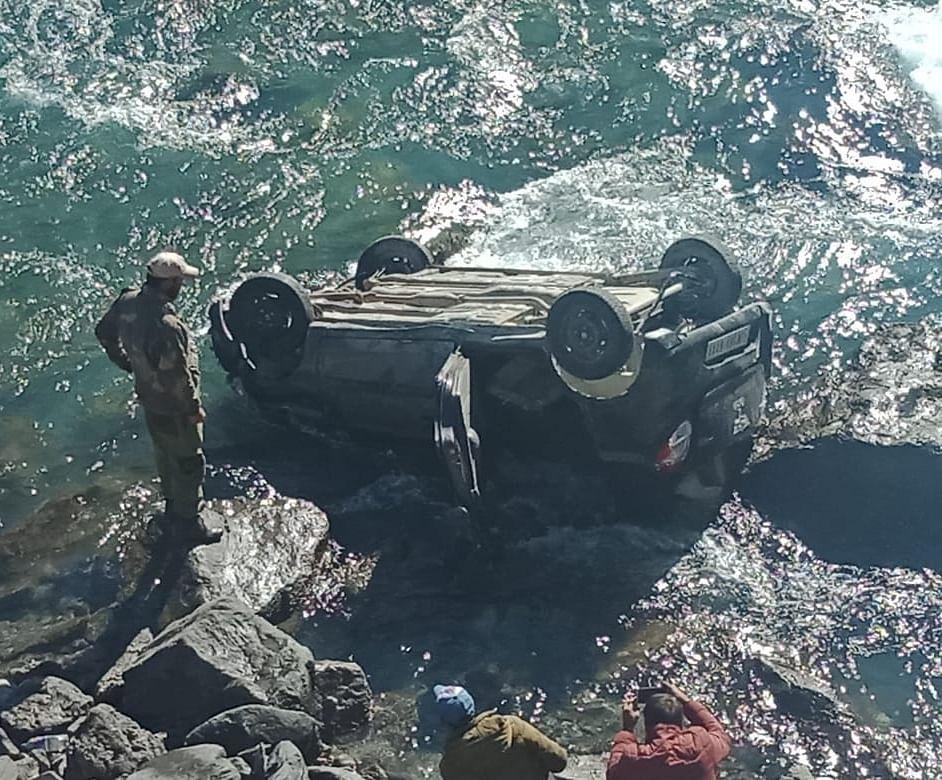 One killed, four injured as car falls in nallah Sindh in Sonamarg