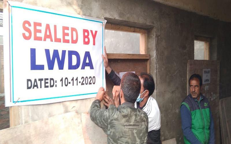 LAWDA seals under construction structure at Gagribal
