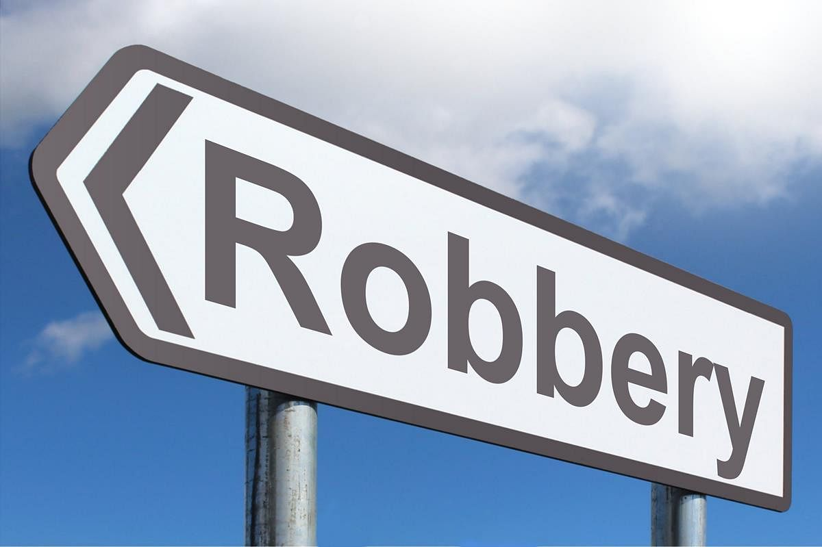 Rs 60-80 lakh looted from cash van near J&K Bank Shopian