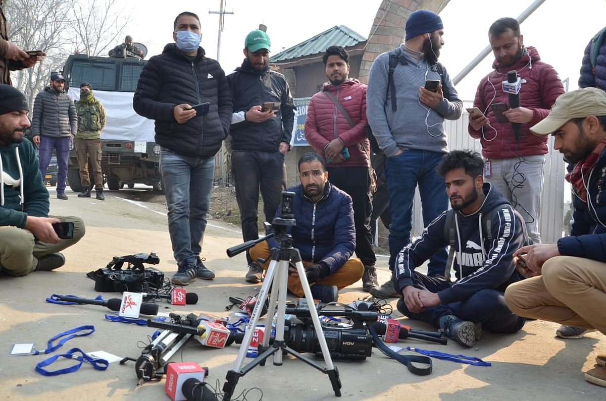 Journalists protest in Bandipora over lack of facilities to cover vote counting in DDC elections