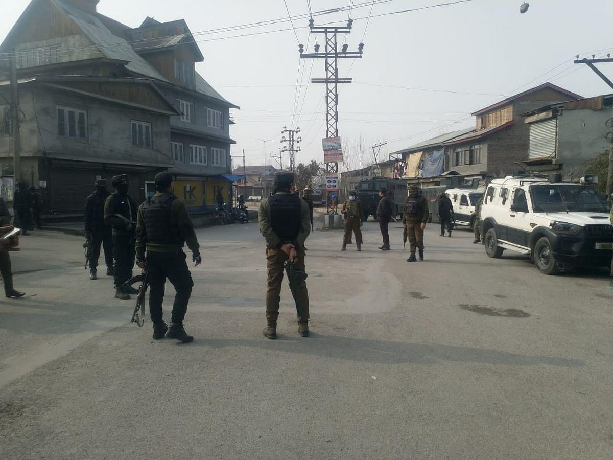 Militants attack naka party in Srinagar; Cop, civilian injured