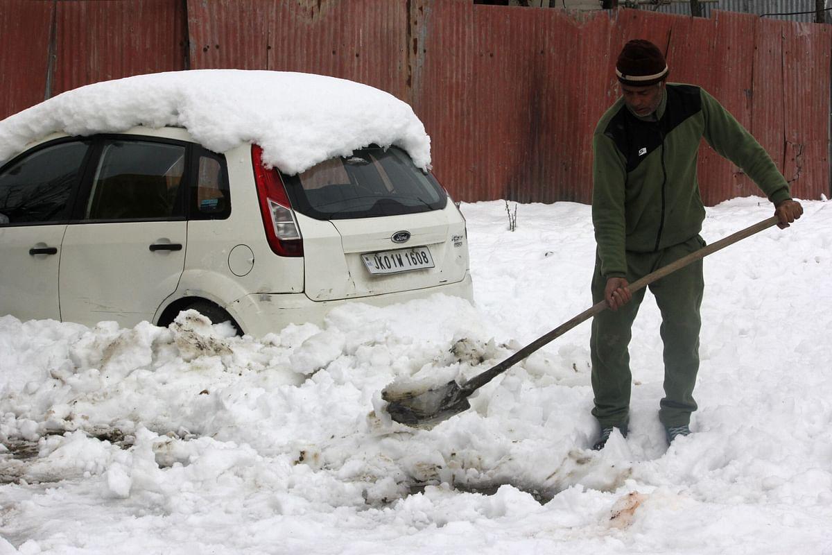 Fresh snow again blocks Pulwama roads