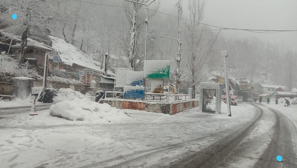 Fresh snowfall shuts Jammu-Srinagar highway