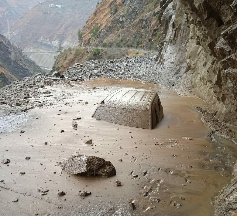 Two vehicles carrying tourists trapped in Pantiyal landslide, passengers rescued