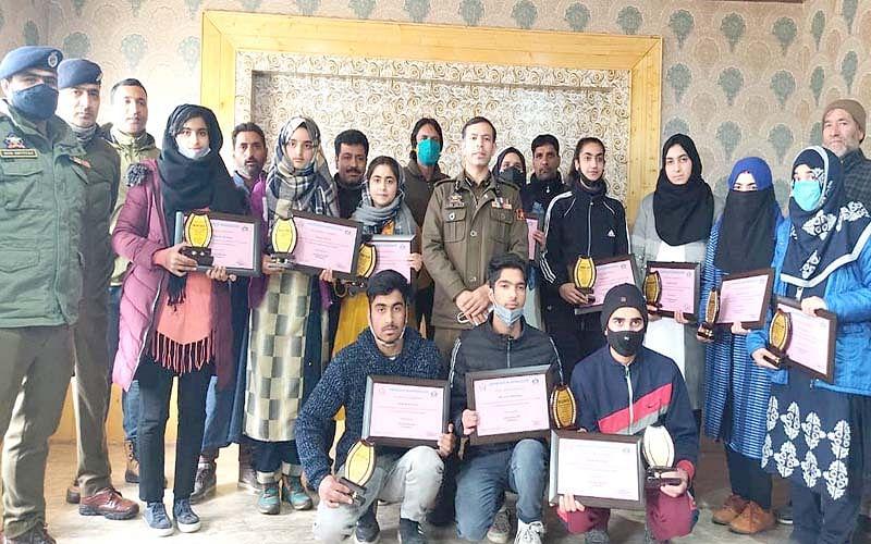 Awantipora Police felicitates meritorious students