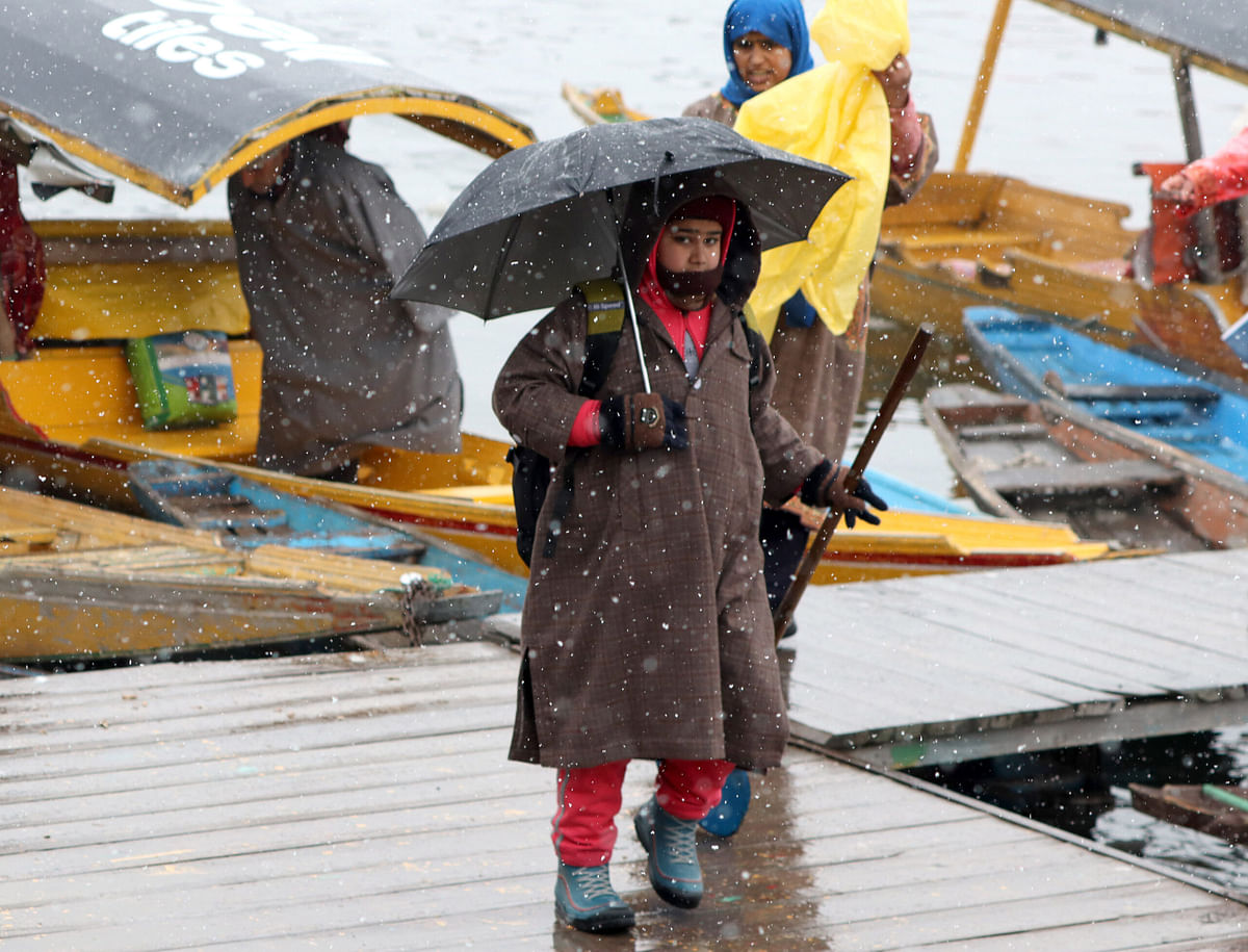 Light snowfall takes mercury up several notches in Kashmir