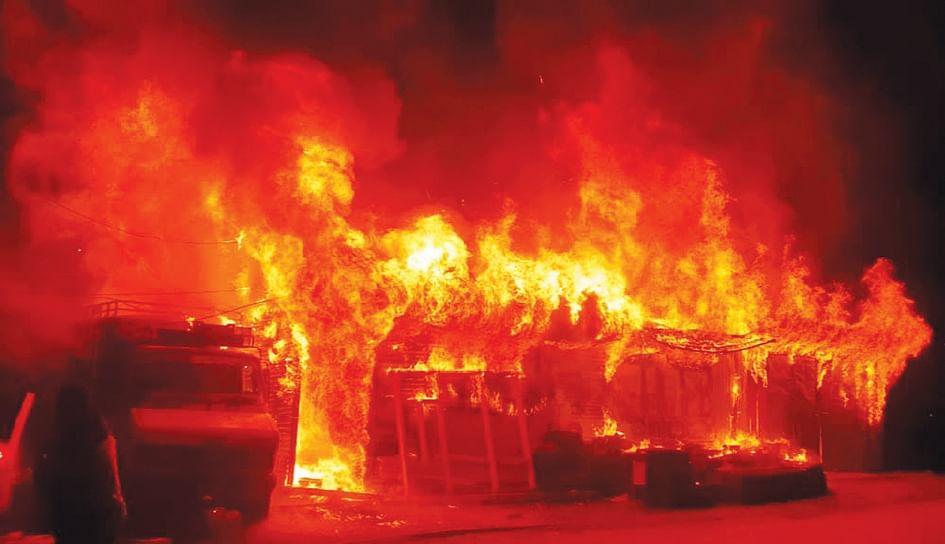 Fire engulfs 3 shops in Banihal