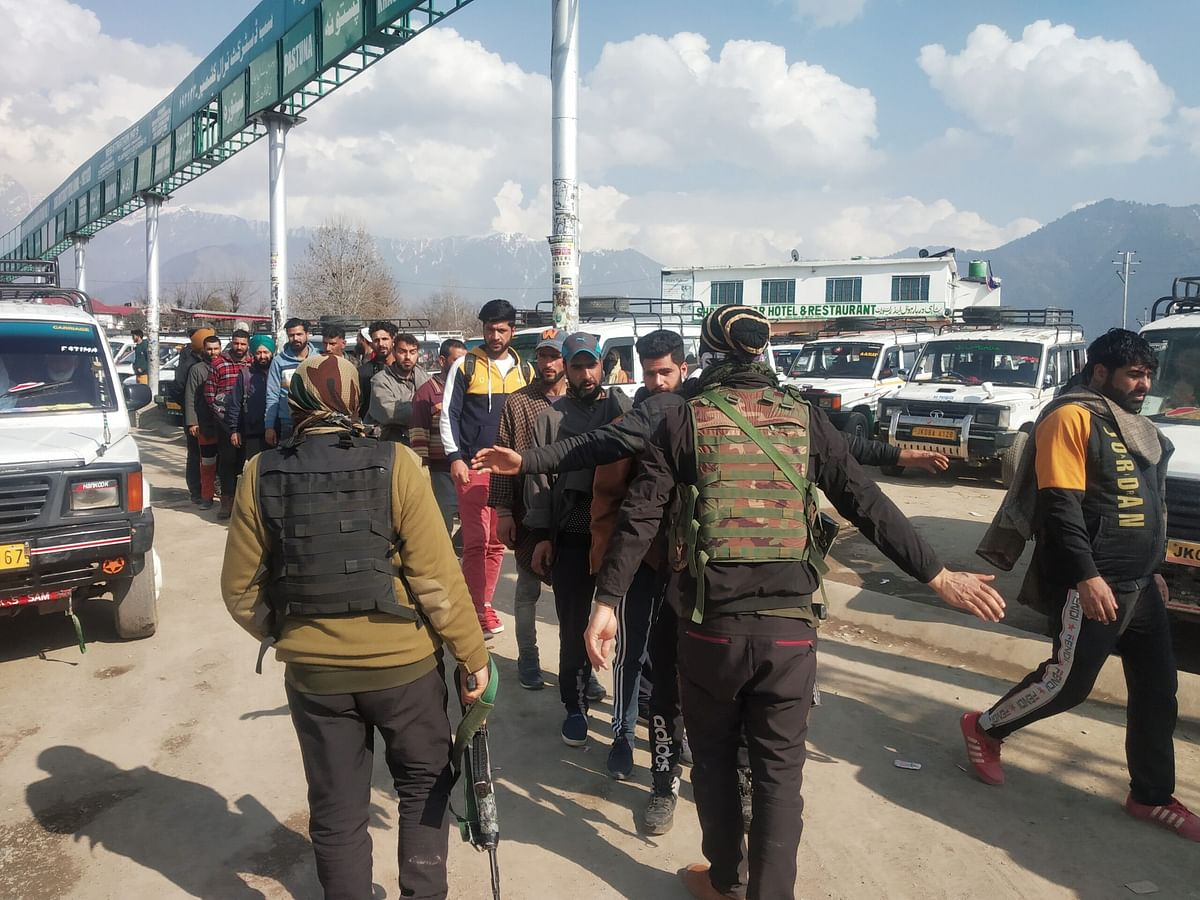 Mass frisking in Tral