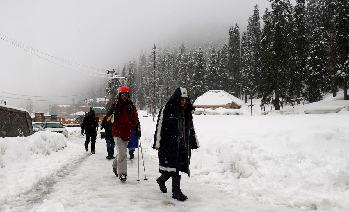 Rain in plains, moderate snow on hills in Kashmir