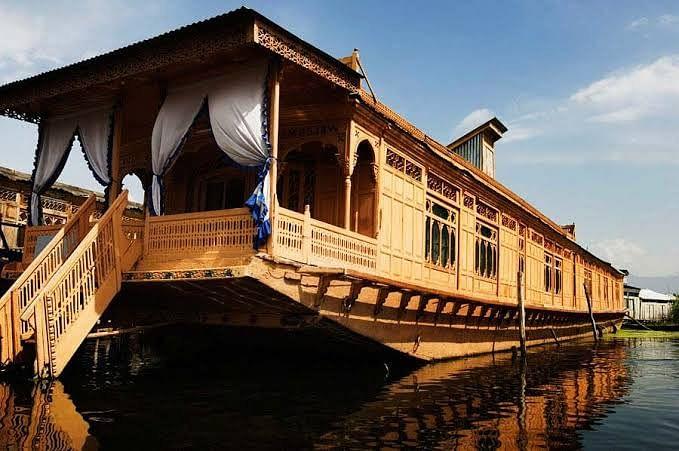 Family rendered homeless as houseboat sinks in Jehlum
