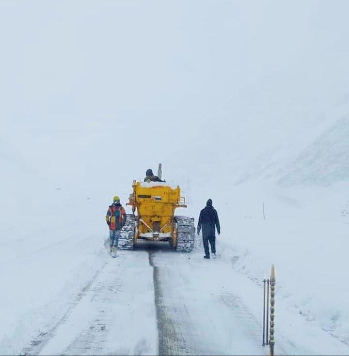Fresh snowfall at Zojila, Sonamarg; Srinagar-Kargil highway shut