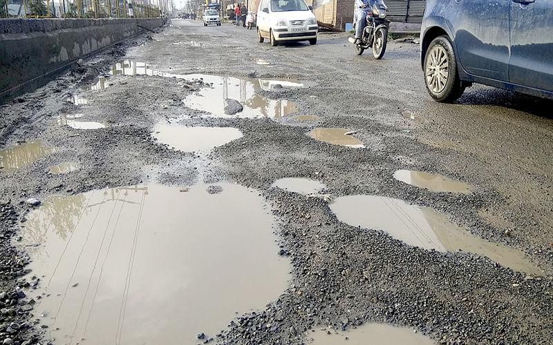 Authorities fail to repair vital Lasjan-Rambagh road