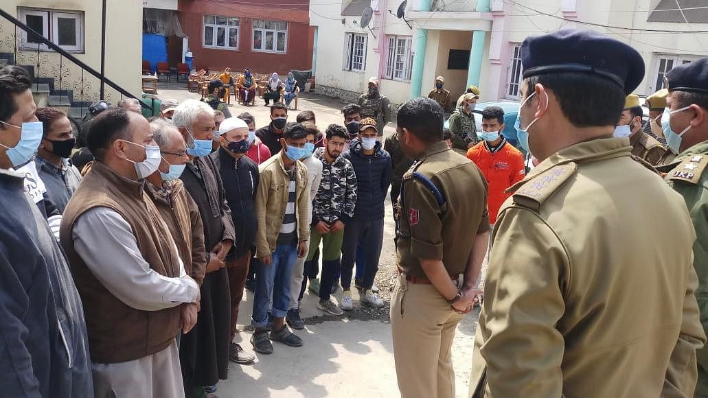'Concentrate on studies': SSP Srinagar counsels youth in Rainawari