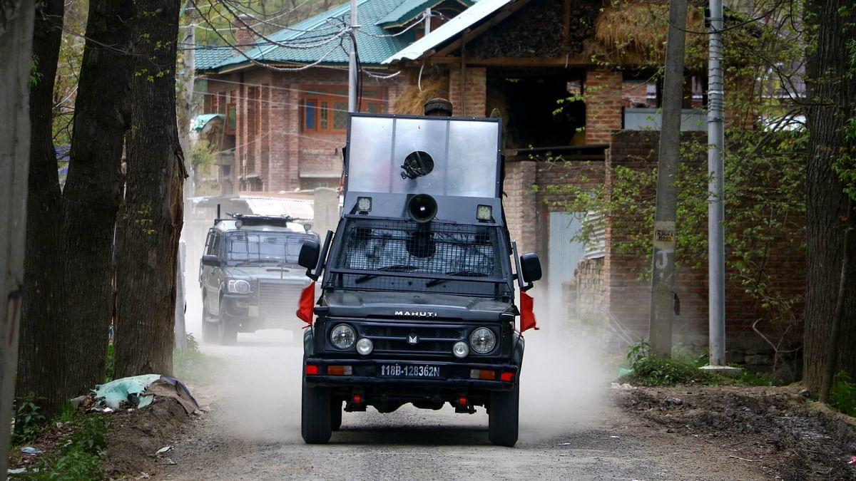 Militants attack forces in Shopian village
