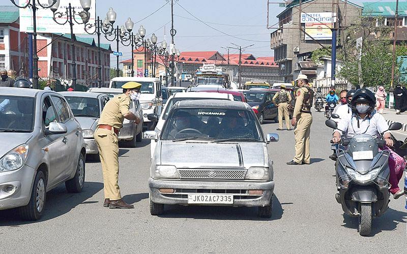 Police tightens Corona curfew in Srinagar