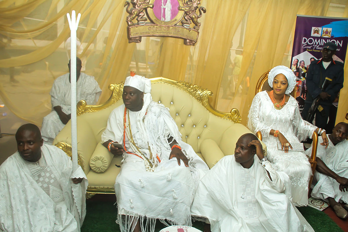 Ooni,wife and his subjects at the palace