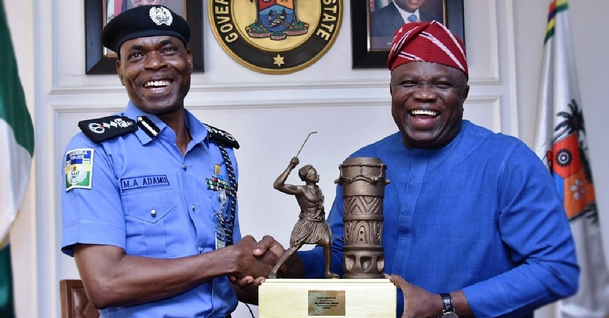 Ambode presenting plaque to the IGP