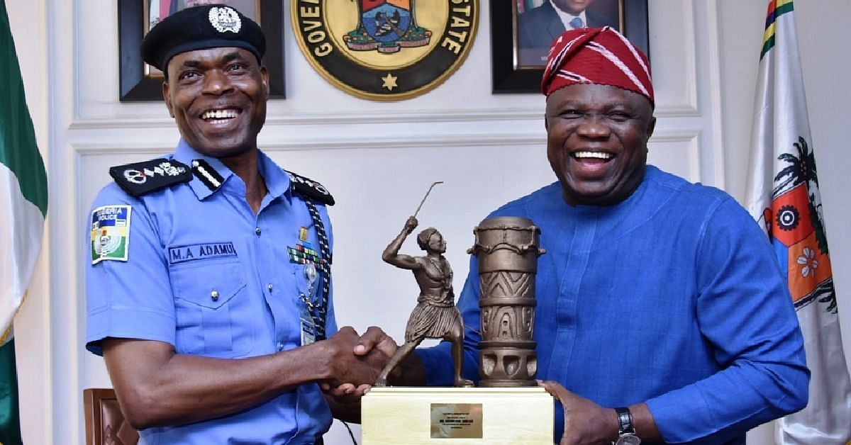Ambode presenting plaque to the IG