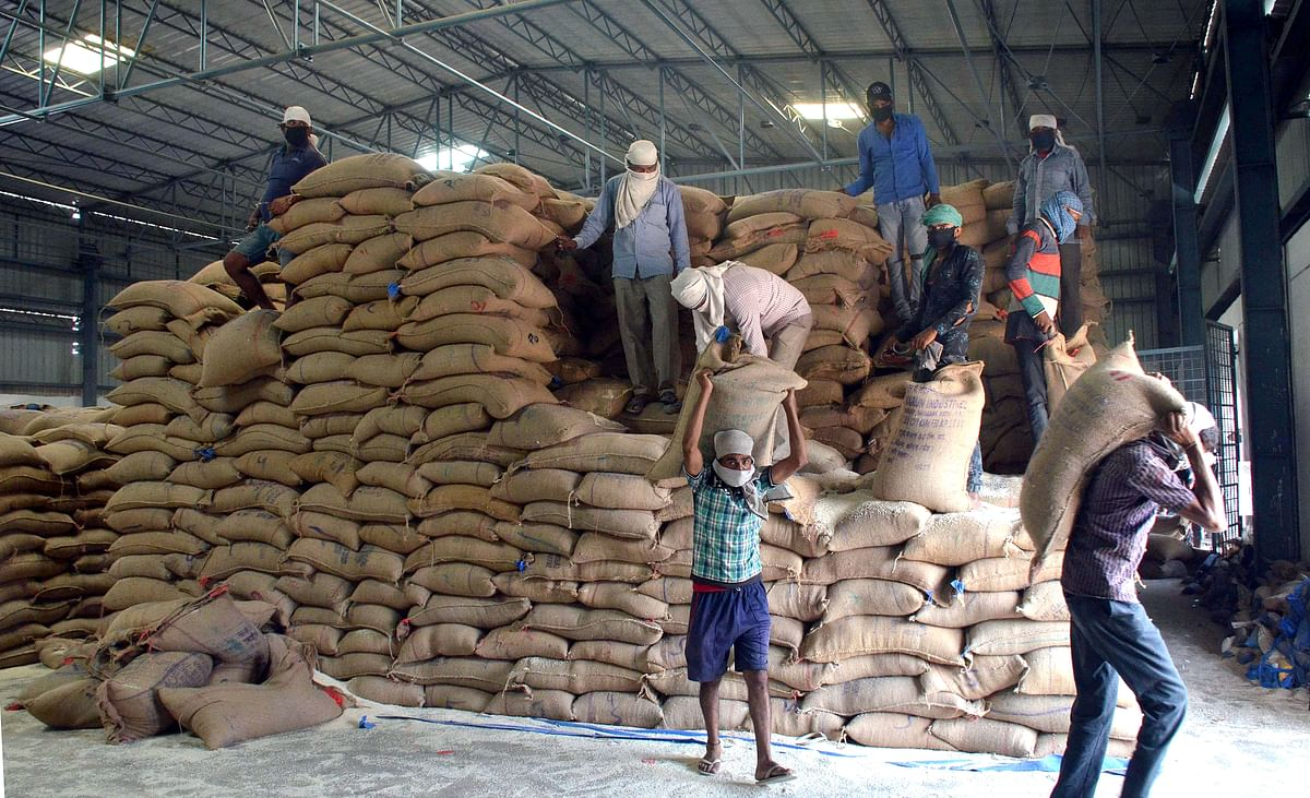 Workers carry sacks of foodgrains to load in trucks for supply in the city, at Food Corporation of India warehouse, during the nationwide lockdown. Only eight Commonwealth developing countries, including India, recorded higher overall FDI inflows in 2020.