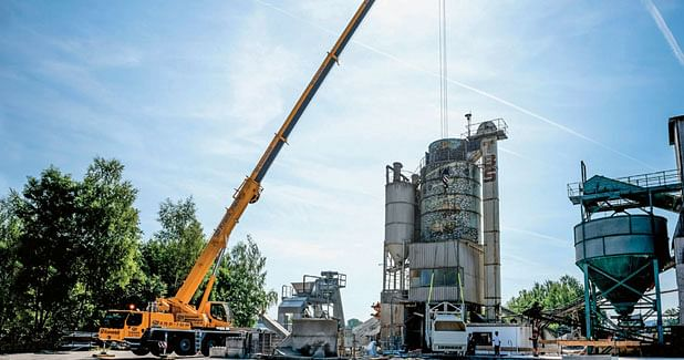 Assembling concrete mixing plant with Liebherr mobile cranes