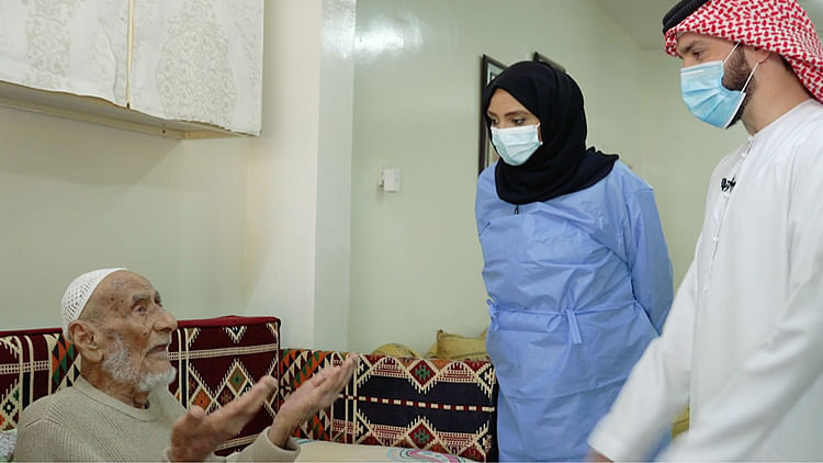 Sharjah begins COVID-19 vaccination of elderly at home, gets 300 requests