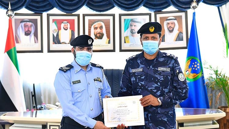 Sharjah cop honoured for helping a motorist in distress