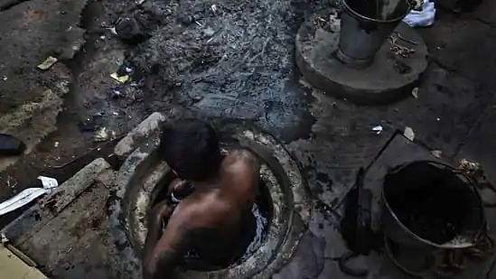 2 die while cleaning septic tank for ₹3000 in east Delhi
