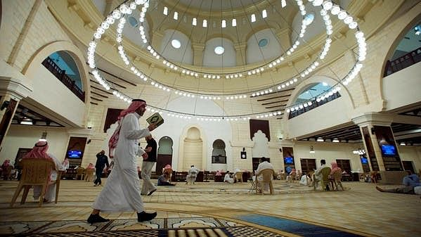 Kuwait allows worshippers to walk to mosques amid curfew