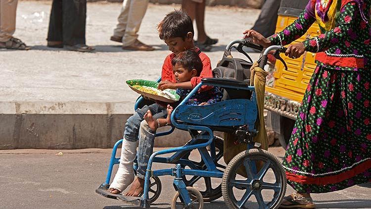 Masses help COVID-hit families find beds, food via social media