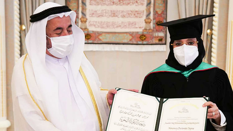 Sheikh Sultan honours Sheikha Jawaher with a doctorate degree at the University of Sharjah