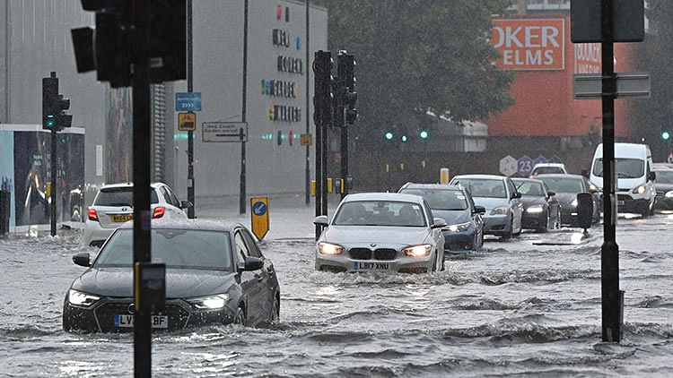 Cars and buses stuck as London roads flooded in storm