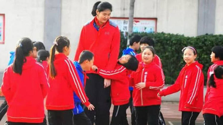 7.4 feet Chinese teenage basketballer reaches new heights with social media