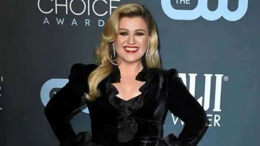 Kelly Clarkson mesmerises with cover of Adele's 'Rolling in the Deep'