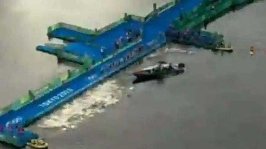 Boat halts way while swimmers start men's Olympic triathlon race in Tokyo 2020