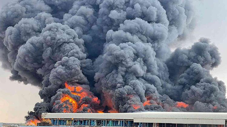Massive fire erupts in tyre factory in Umm Al Quwain