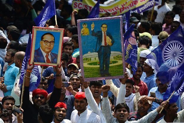 'நீங்க கோவிலுக்குள்ள வரக்கூடாது' துப்புரவு தொழிலாளர்களை வெளியே தள்ளிய அர்ச்சகர் : வெகுண்டெழுந்த மக்கள்