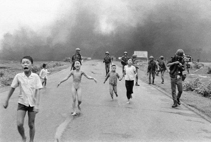 1972ல் வியட்நாமில் குண்டுவீச்சில் இருந்து தப்பிக்கும் சிறுவர்கள்