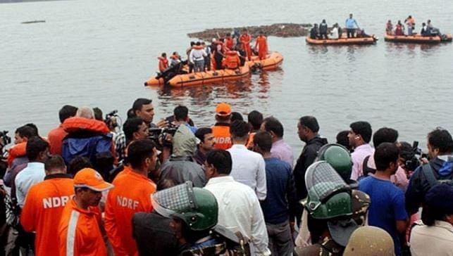 கோதாவரி ஆற்றில் கவிழ்ந்த சுற்றுலா படகு - 12 பேர் பலி : தொடரும் மீட்புப் பணி