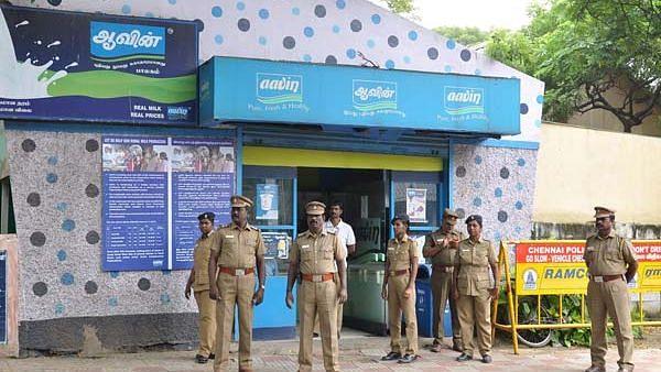 #ADMKScams: பாலில் தண்ணீர் கலந்து மோசடி - கெட்டுப்போனதாக கணக்கு காட்டி ஆவின் நிறுவனத்தில் பல கோடி ஊழல்!