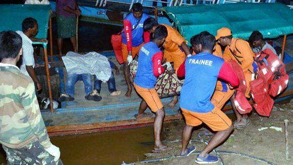 கோதாவரி ஆற்றில் கவிழ்ந்த சுற்றுலா படகு - 22 பேர் மாயம் : தொடரும் மீட்புப் பணி