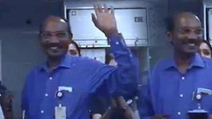 ராக்கெட் அனுப்பியவர் எகனாமி கிளாஸில் பயணம் - இஸ்ரோ சிவனை கைத்தட்டலுடன் வரவேற்ற பயணிகள் #VIRALVIDEO