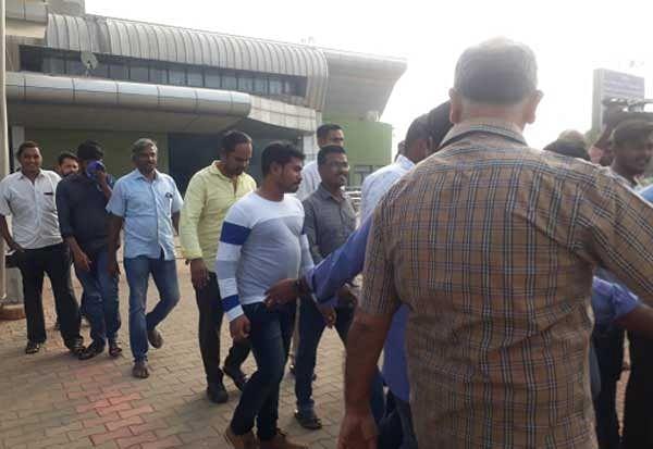 30 கிலோ தங்கத்தைக் கடத்தி வந்த 150 பேர்... திருச்சி ஏர்போர்ட்டில் 'ஸ்கெட்ச்' போட்டு பிடித்த அதிகாரிகள்!