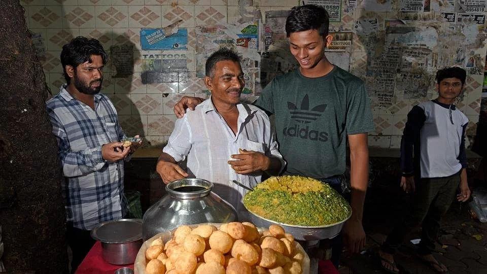 பானிபூரி விற்று கிரிக்கெட் கற்ற சிறுவனை 2.40 கோடிக்கு ஏலம் எடுத்த ராஜஸ்தான் ராயல்ஸ் : சாதிப்பாரா யாஷஸ்வி?