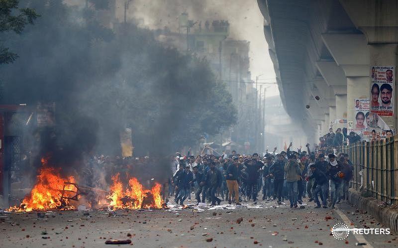 #CAA மீண்டும் போராட்டக் களமாகும் டெல்லி : போலிஸார் போராட்டக்காரர்கள் இடையே மோதல்!