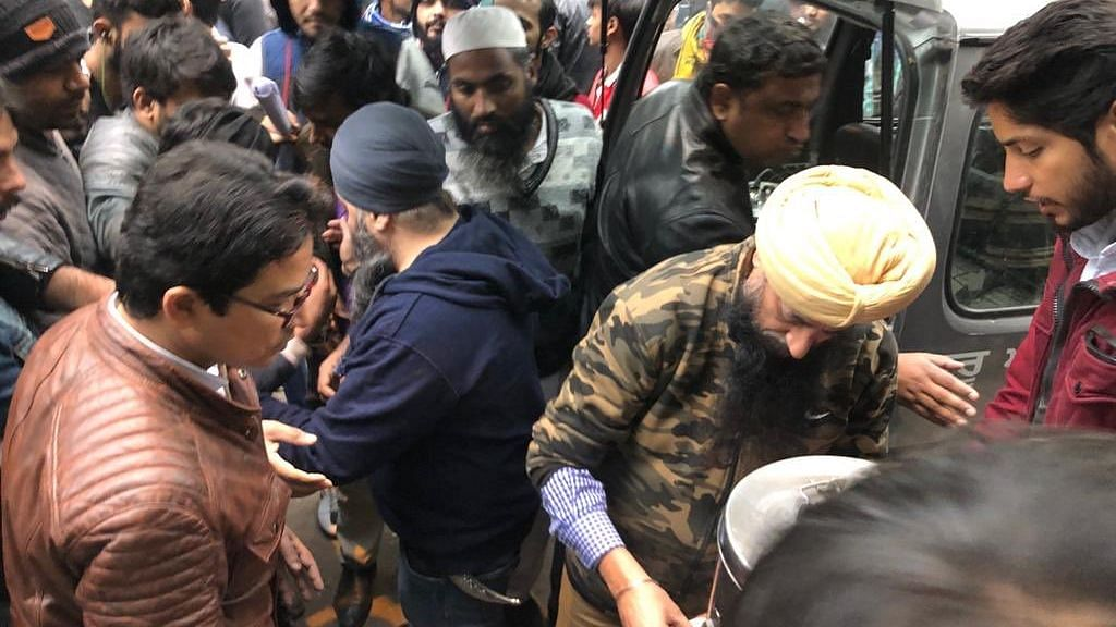 #CAAProtest : போராட்டக்காரர்களுக்கு தேநீர் கொடுத்து உபசரித்த சீக்கியர்கள் - இதுதான் இந்தியா !