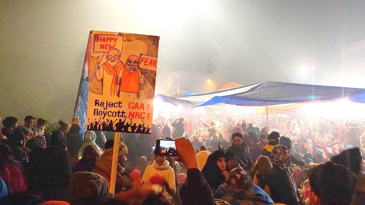 """""""வீதிகள் தான் கொண்டாட்டத்திற்கான மேடை"""" : புத்தாண்டை போராட்டக் களத்தில் கொண்டாடிய டெல்லி பெண்கள்!"""