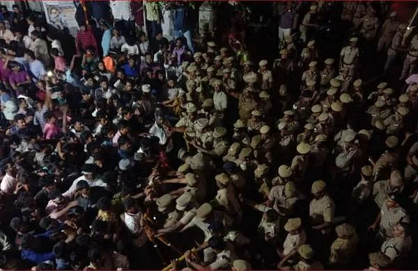 #CAAProtest இஸ்லாமியர்களுக்காக உணவு சமைத்து வழங்கும் இந்துக்கள்... வண்ணாரப்பேட்டையில் நெகிழ்ச்சி!