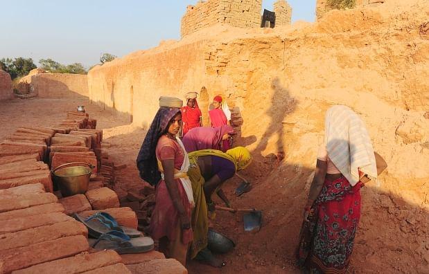 கொரோனா ஊரடங்கு: கட்டட தொழிலாளர்களுக்கு ரூ.5,000 நிதி - கெஜ்ரிவால் அறிவிப்பு!